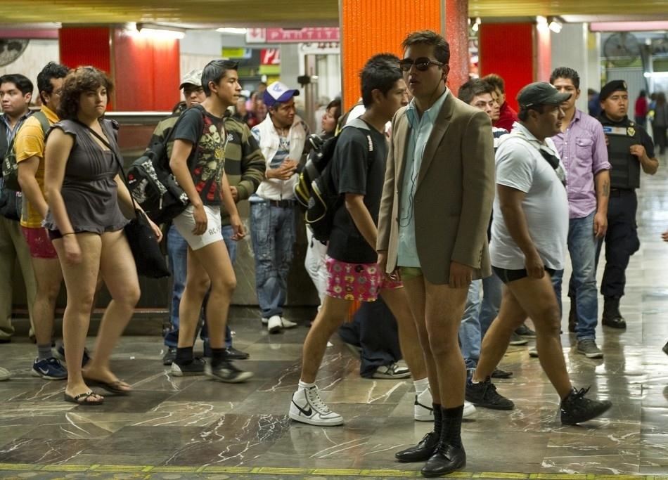 El día de no llevar pantalones en el metro