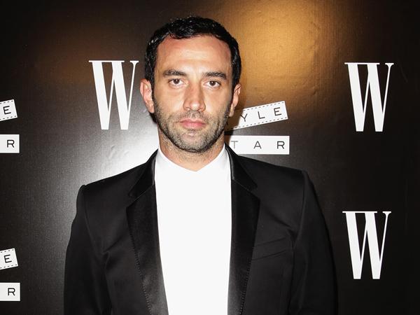Fashion News: Riccardo Tisci renueva contrato con Givenchy, los rumores de Michelle Obama como portada de Vogue y la nueva línea de carteras de las gemelas Olsen