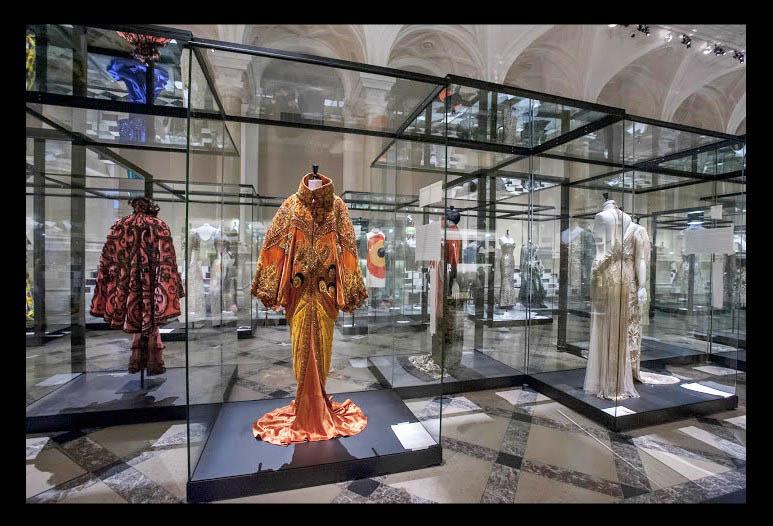 La exhibición Paris Haute Couture: 118 años de moda en 100 vestidos
