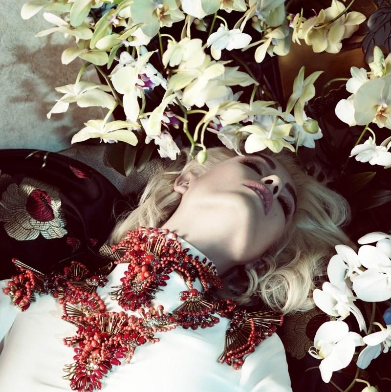 """Nadja Bender en """"The Life Was Exotic"""" para Vogue Japón"""