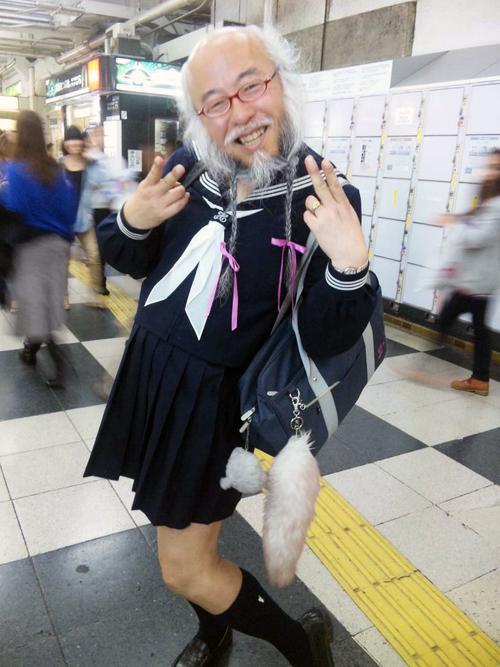 Hideaki Kobayashi, el hombre japonés que se viste de escolar
