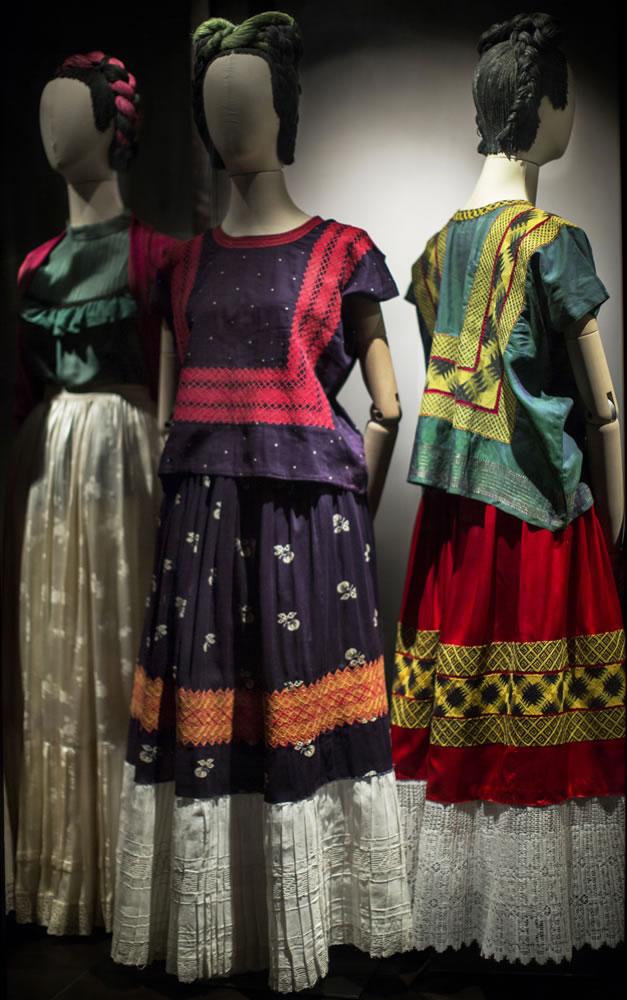 """La exhibición """"Las apariencias engañan: los vestidos de Frida Kahlo"""" en México"""