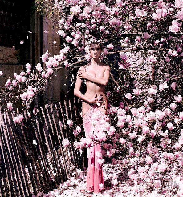 Karlie Kloss por Mario Testino para Vogue, 2013