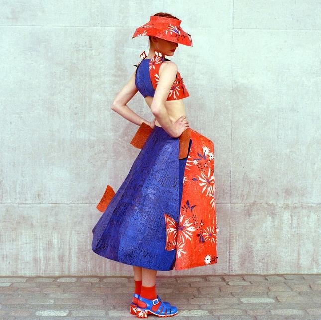 Modernizando el pasado: Jolene Fung y su colección hecha de bolsas de plástico inspirada en Dior y los años 50