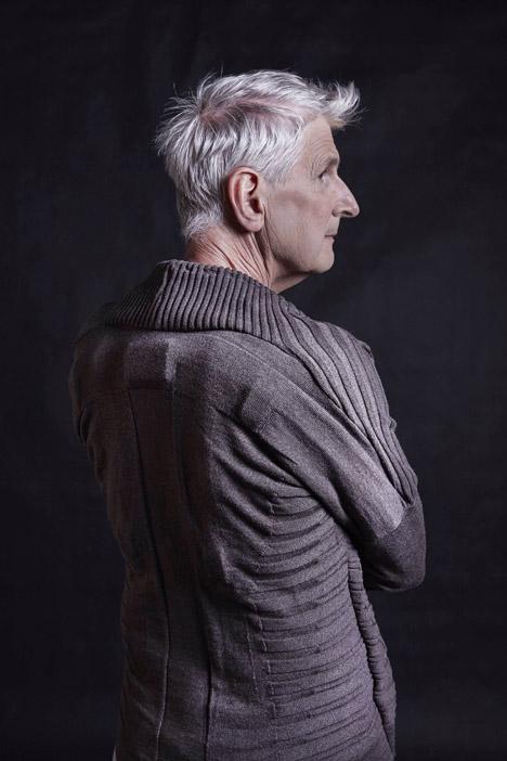 Diseño y bienestar en Vigour, el chaleco con sensores de movimiento para adultos mayores con demencia