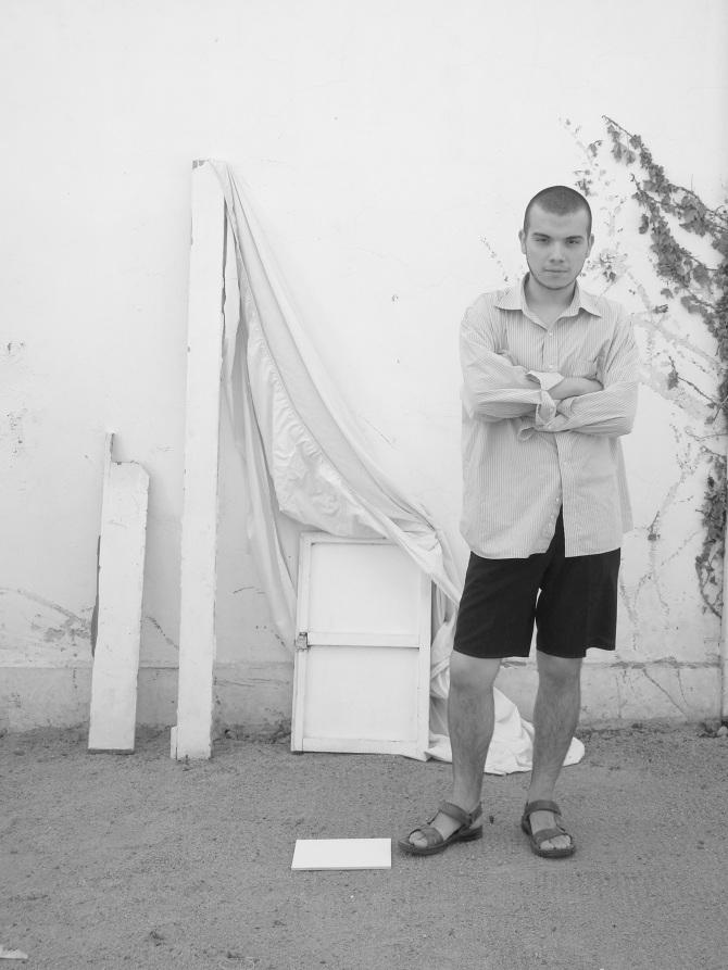 """Entrevista al diseñador Juan Pablo Espínola, creador de la marca Espínola: """"Una de las cosas buenas de estar recién construyendo una industria de moda nacional, es que todo es más accesible, cercano y menos formal"""""""