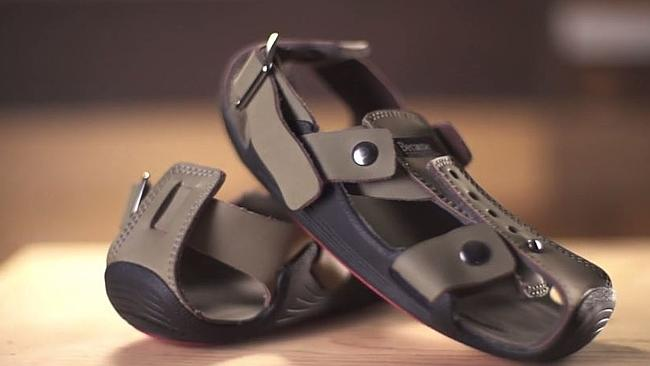 'The Shoe That Grows' el par de zapatos que crece cinco tallas y que busca ayudar a niños de escasos recursos