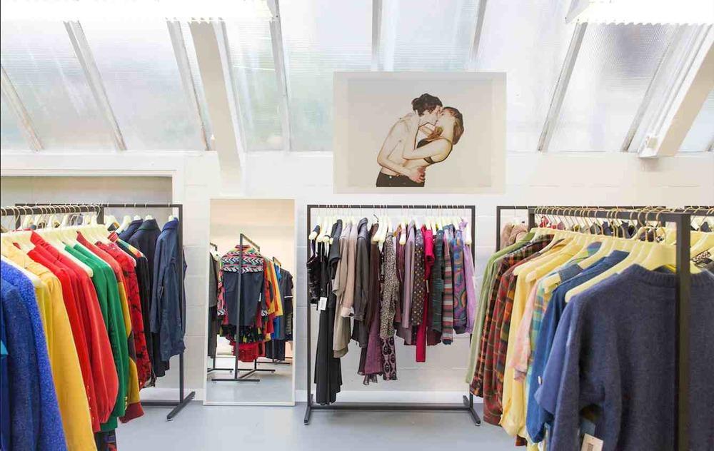 Bibliotecas de ropa: la nueva tendencia de arrendar prendas y accesorios en vez de comprarlos