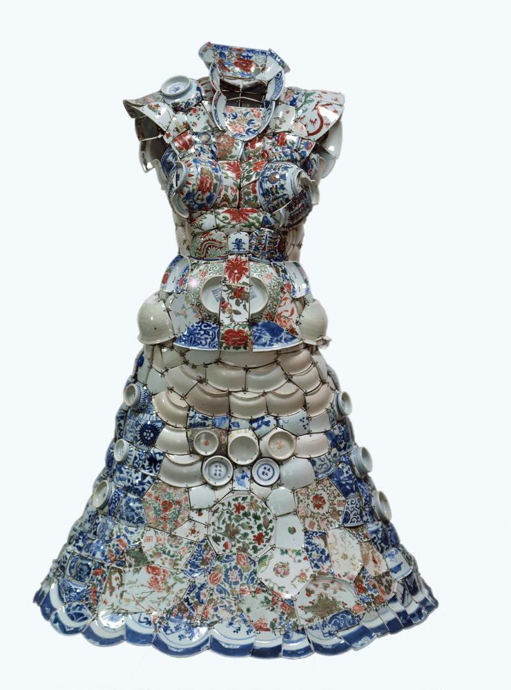 Fragmentos de porcelana como indumentaria en las esculturas de Li Xiaofeng