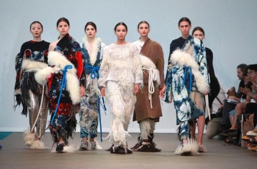 Siluetas japonesas y textiles caóticos en los diseños de Elina Määttänen