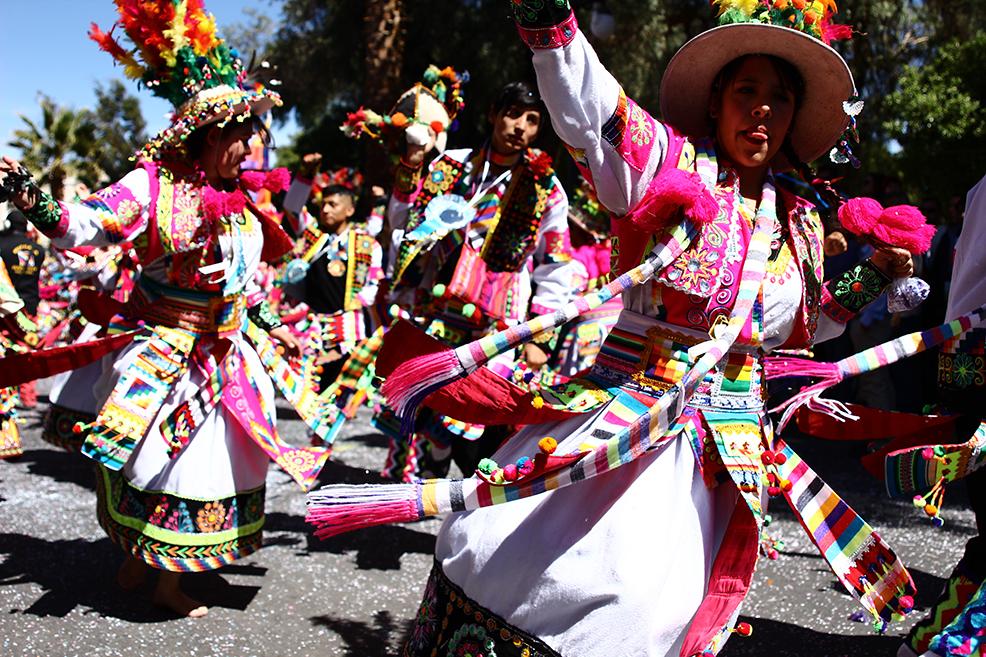 Indumentaria folklórica boliviana en la celebración de la Virgen de Urkupiña