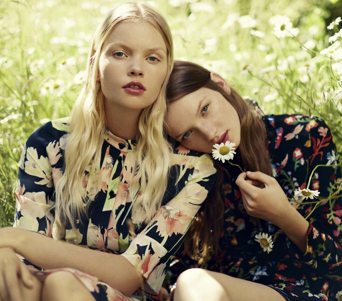 Ideas para llevar la famosa blusa floreada estilo 70's