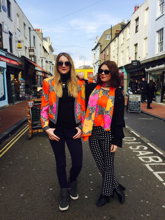 El poder del Street Style Twinning y las duplas que se visten igual para lucir su estilo en la calle