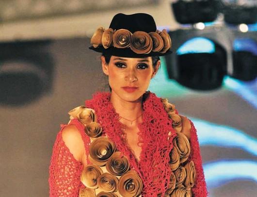 Marión Macedo, la diseñadora boliviana que busca concientizar a través de la moda en papel