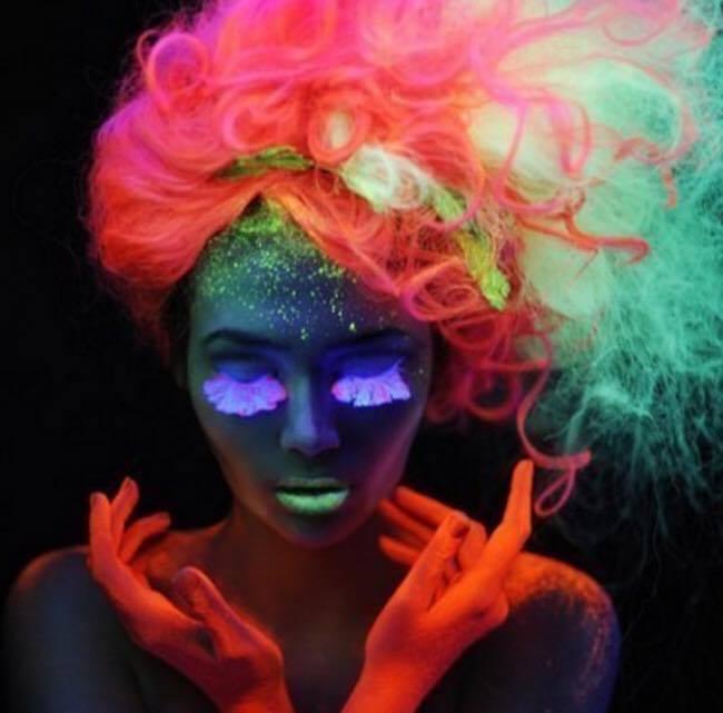 Colores de pelo que brillan en la oscuridad
