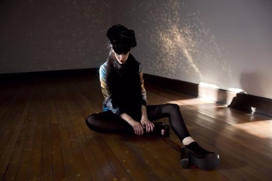 """""""Brilla en la oscuridad"""", editorial de modas por Manuel Rojas y Daniel Gil"""
