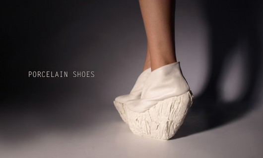 Experimentación en porcelana: Los zapatos de Laura Papp
