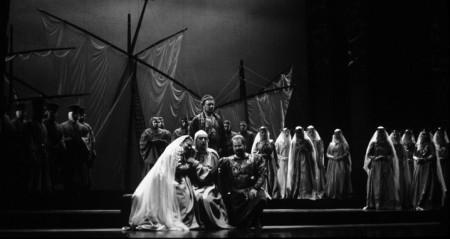 (Entre paréntesis): Vestuario de la ópera Simón Boccanegra, actualmente en Teatro Municipal, es obra del destacado diseñador de vestuario chileno Marco Correa