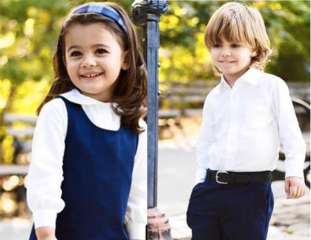 Al jardín infantil y kinder en uniforme