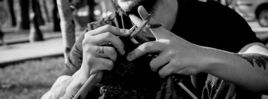 """Ricardo Higuera, repensando la masculinidad con el proyecto """"Hombres Tejedores"""""""