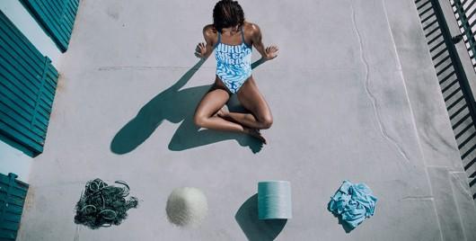 La primera colección swimwear confeccionada con redes de pesca