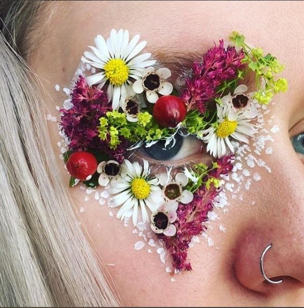 Ellie Costello, la maquilladora de 19 años que utiliza flores en sus ojos