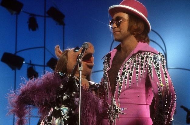¿Por qué Elton John inspira a la moda? Sus mejores looks retro