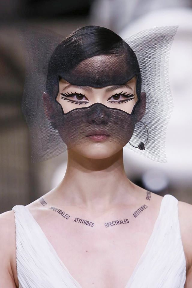 El enigmático maquillaje y accesorios de Dior S/S 2018 HC