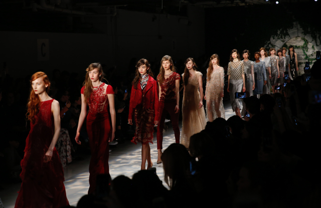 Jenny Packham regresa a London Fashion Week celebrando sus 30 años en la industria