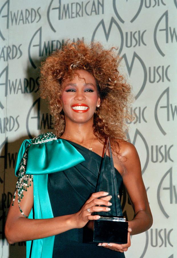 Recordando el estilo de Whitney Houston en los '80, a seis años de su muerte