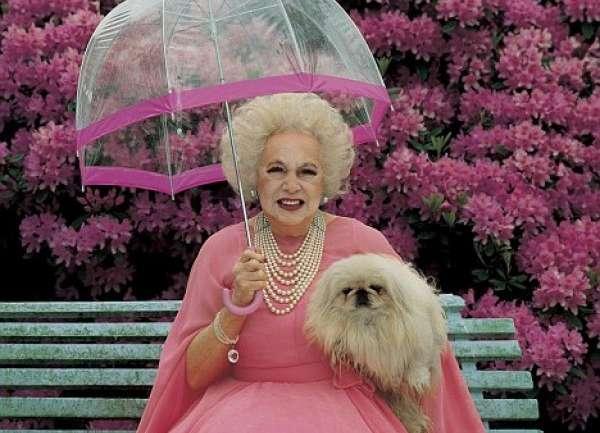 Barbara Cartland, la dama de rosa emparentada con Lady Di