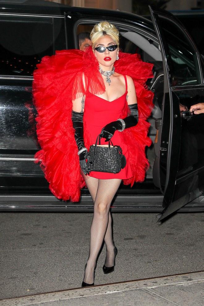 Lady Gaga lució tres atuendos de pasarela en menos de 24 horas