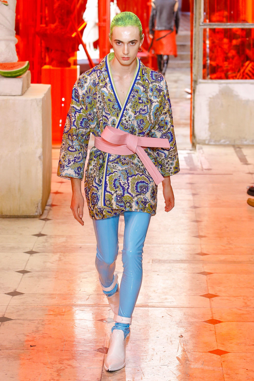 Androginia, reutilización y chinoiserie: Galliano reinventa la Alta Costura masculina en su primera colección Artisanal