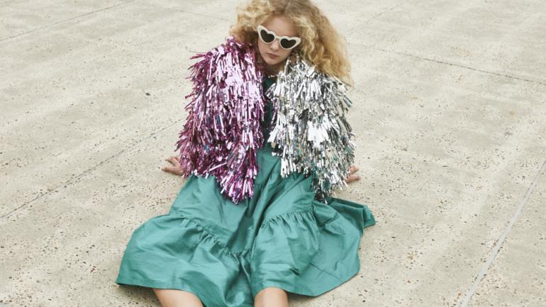 Rachel Burke crea llamativos y coloridos vestidos de oropel