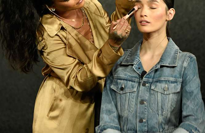 Rihanna realizó su primera master class de maquillaje en Dubai