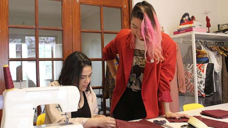 Entrevista a las creadoras de 'ClioStudio', un nuevo espacio para reutilizar, diseñar y crear ropa