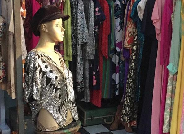 """Entrevista a Sandra Contreras, dueña de Baccarat la tiendita: """"Todo lo que está colgado, además de ser antiguo y único, tiene una historia, fue parte de una película, viene de una casa de moda o lo usó algún artista"""""""