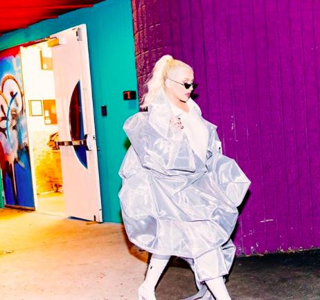 Luar, la marca detrás de la voluptuosa chaqueta de Christina Aguilera