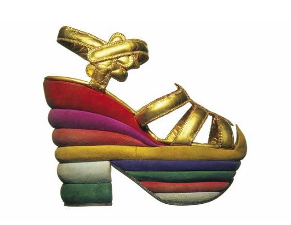 Prendas Emblemáticas: Zapatos con Plataformas