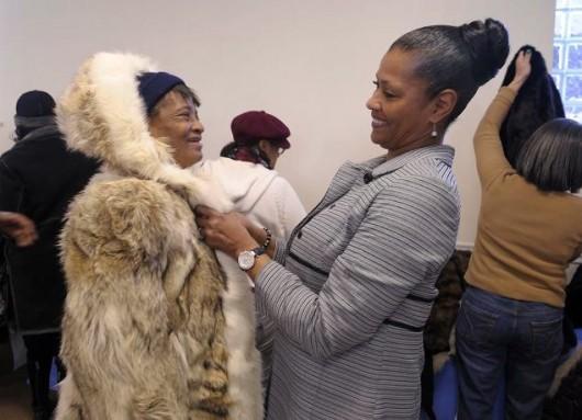 PETA regala abrigos de piel a las personas sin hogar