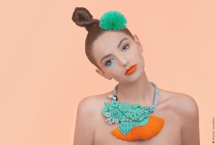Las piedras preciosas de Denise J. Reytan: Universos plásticos de collage y color en accesorios