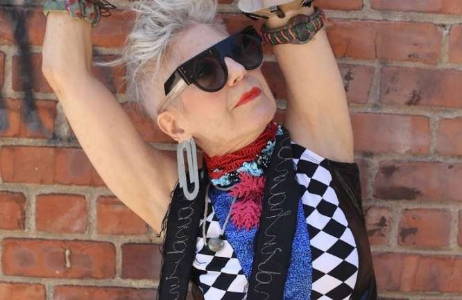 70 años derrochando estilo y realizando sus propios diseños a partir de reciclaje, ella es Debra Rapoport