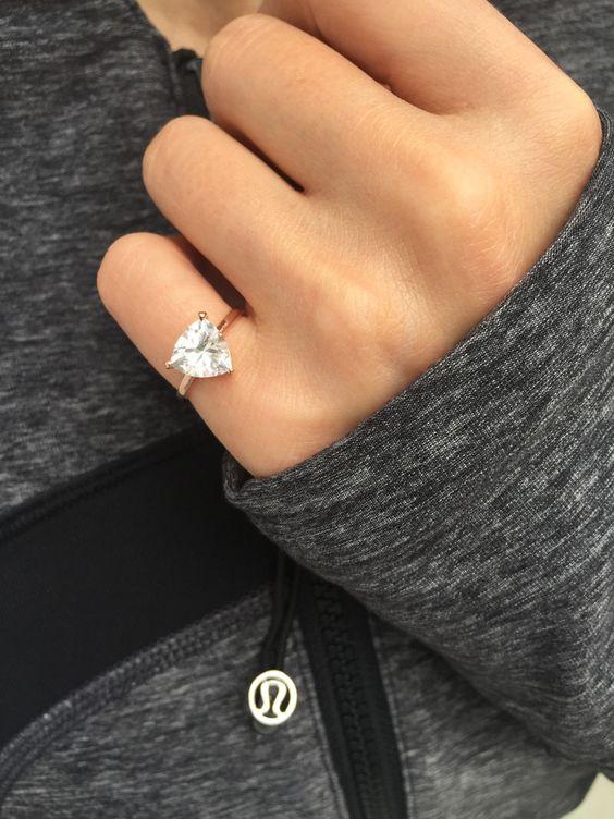 Por qué las mujeres están llevando un anillo en el dedo meñique
