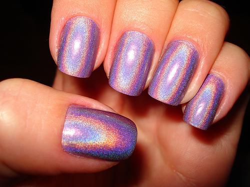 El efecto galáctico en las uñas ya es una realidad gracias a los polvos Hologram