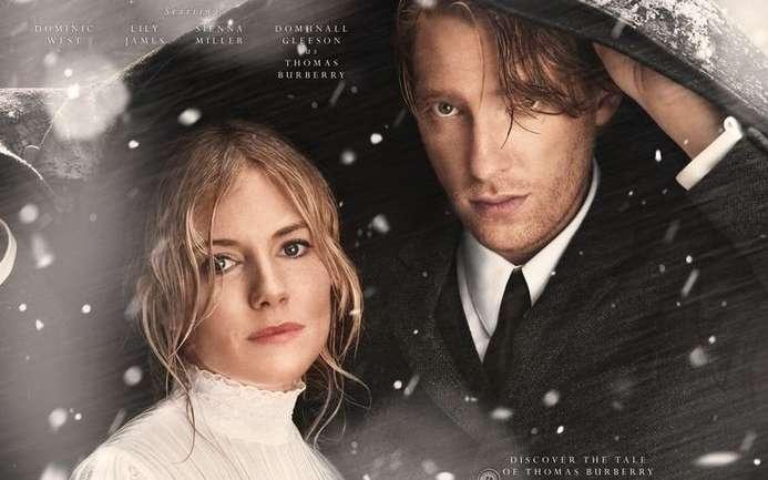 La campaña navideña de Burberry con Domhnall Gleeson, Sienna Miller, Lily James y Dominic West