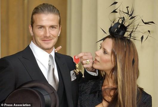 La ex Spice Girl, Victoria Beckham, recibe el premio OBE