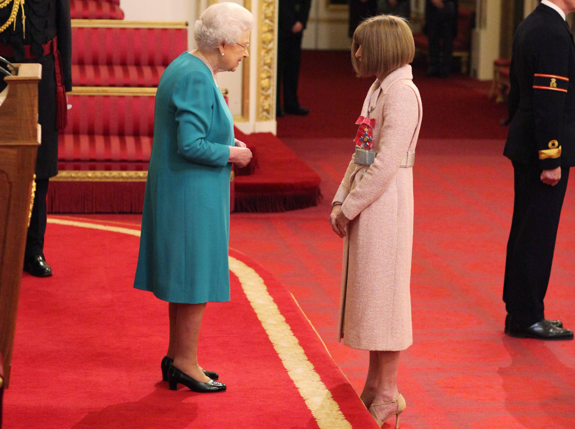 Anna Wintour fue nombrada dama del imperio británico por la reina Isabel II