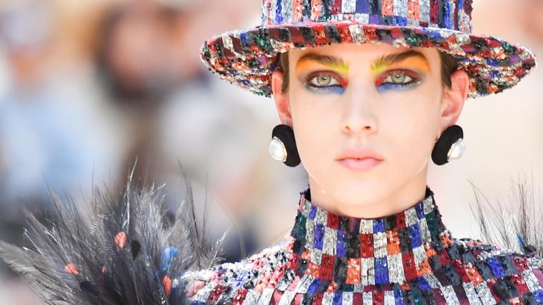 Chanel Haute Couture Fall-Winter 2017/18:  La genialidad de Lagerfeld materializada en un homenaje a la Torre Eiffel