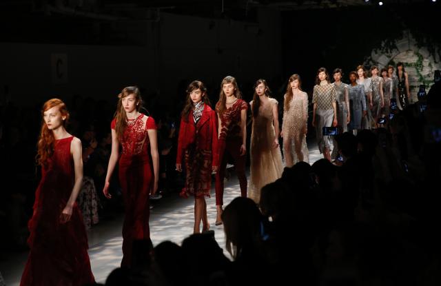 Jenny Packham regresa a London Fashion Week celebrando sus 30 años en la industria