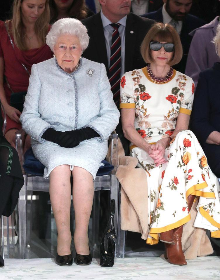 La Reina Elizabeth II aparece en LFW entregando el primer Queen Elizabeth II Award for British Design